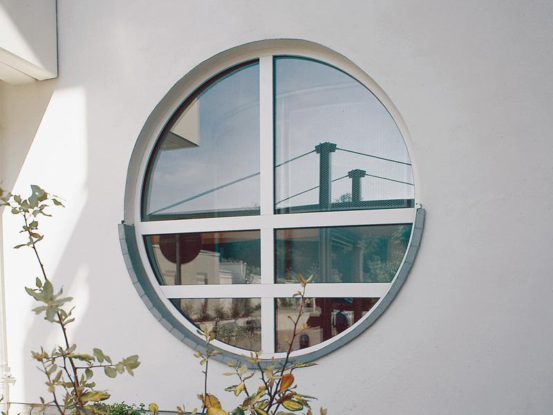 Круглые окна в загородный дом