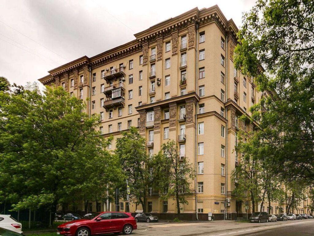 Кирпичный сталинский дом в Москве