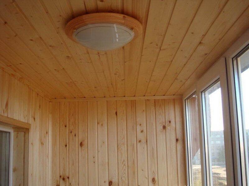 Отделка потолка деревянной вагонкой