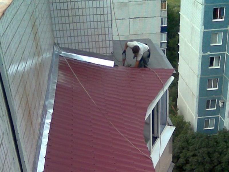 Установка крыши на балконах и лоджиях в Москве и Московской области с покрытием из металлочерепицы