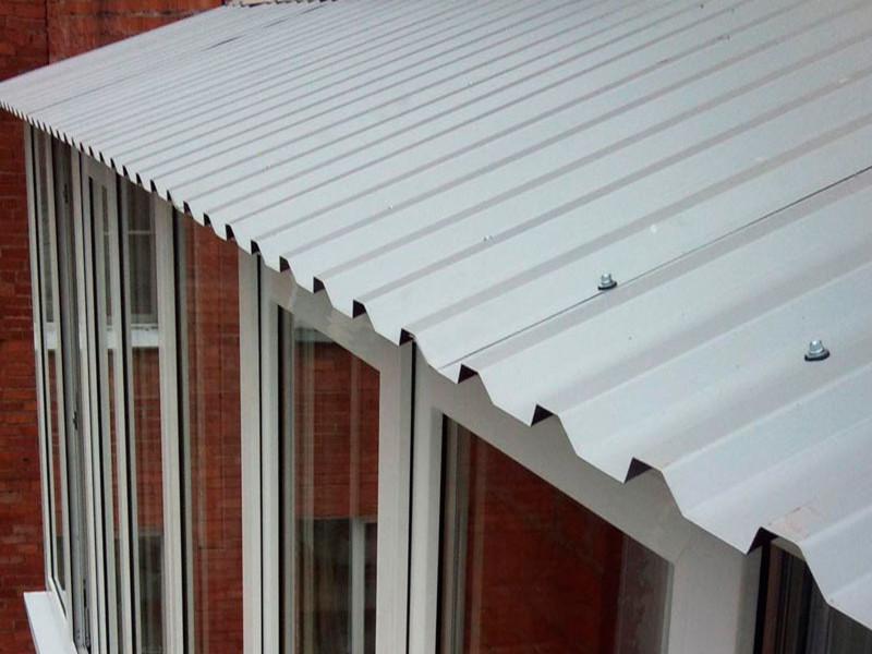 Монтаж крыши на балконах и лоджиях в Москве и Московской области с покрытием профнастила