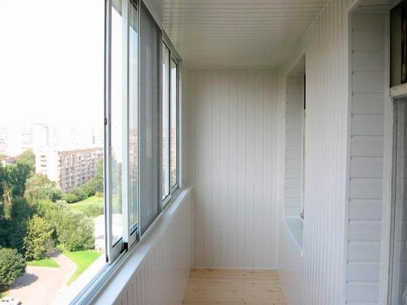 Отделка балконов и лоджий пластиковой вагонкой в Москве