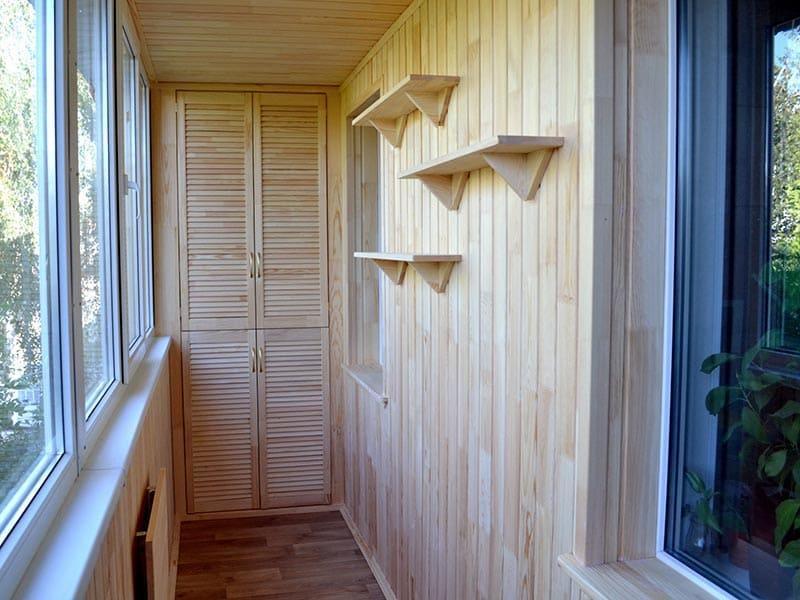 Отделка балконов и лоджий деревянной вагонкой в Москве