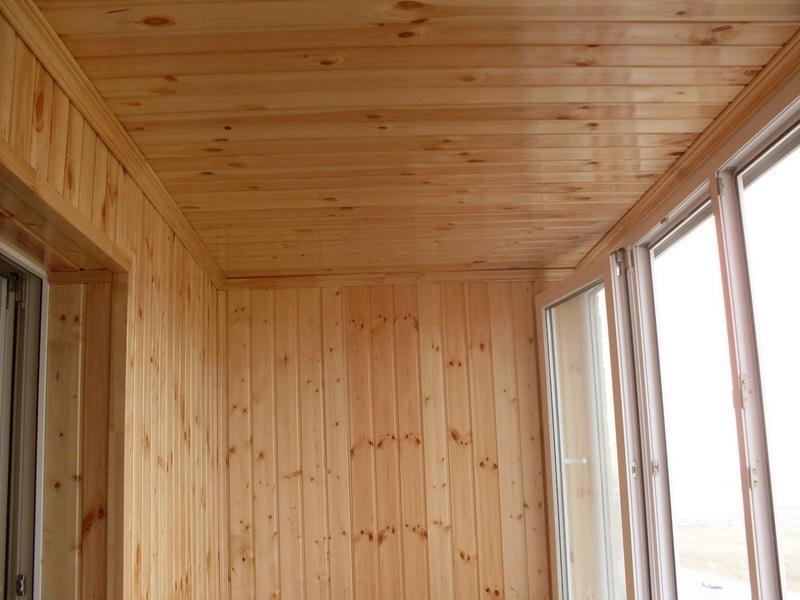 Отделка потолка на лоджии вагонкой из дерева